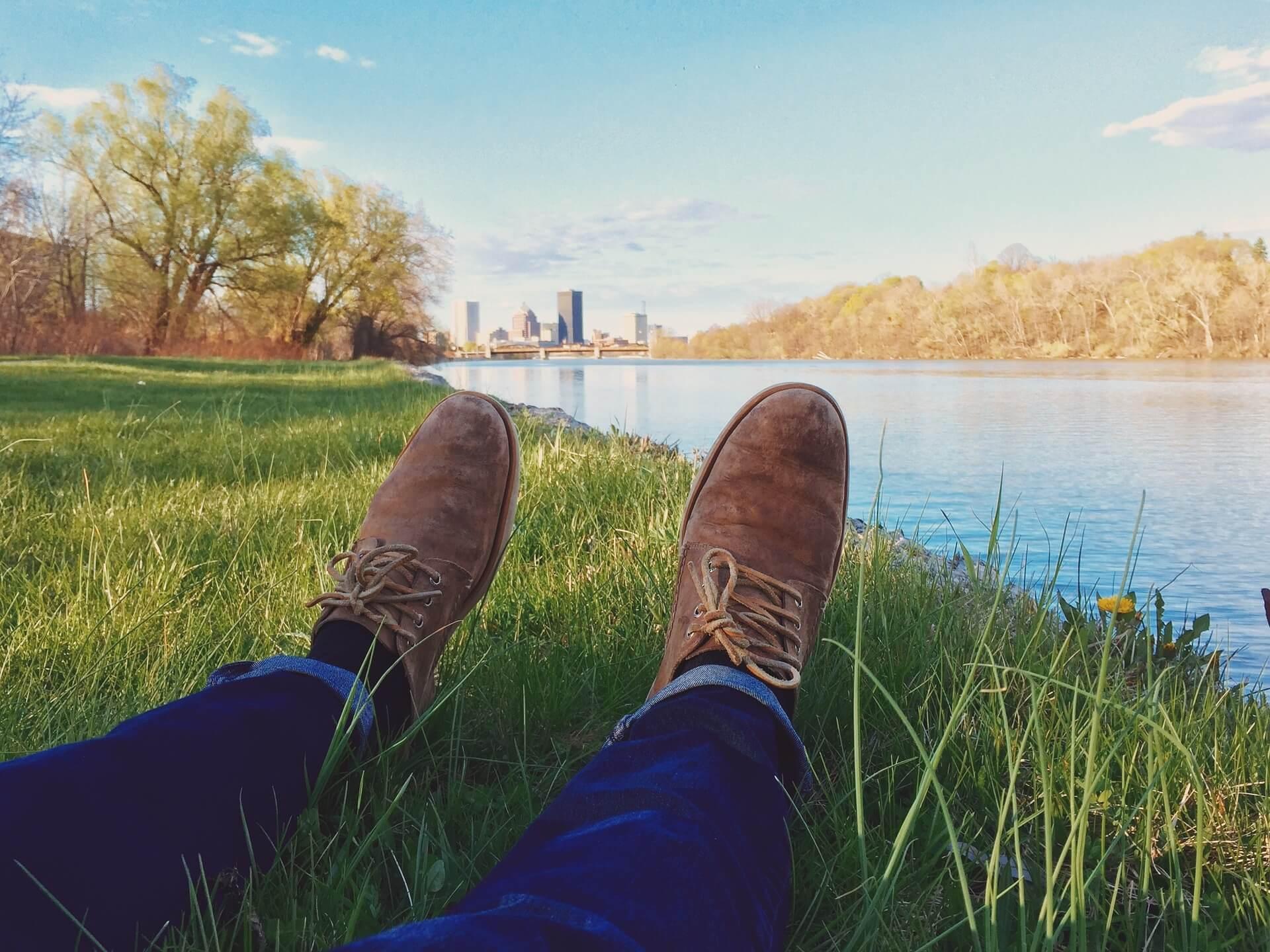 Des pieds d'un homme étendus au bord de l'eau - sophrologie