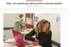 Une femme stressé devant un ordinateur