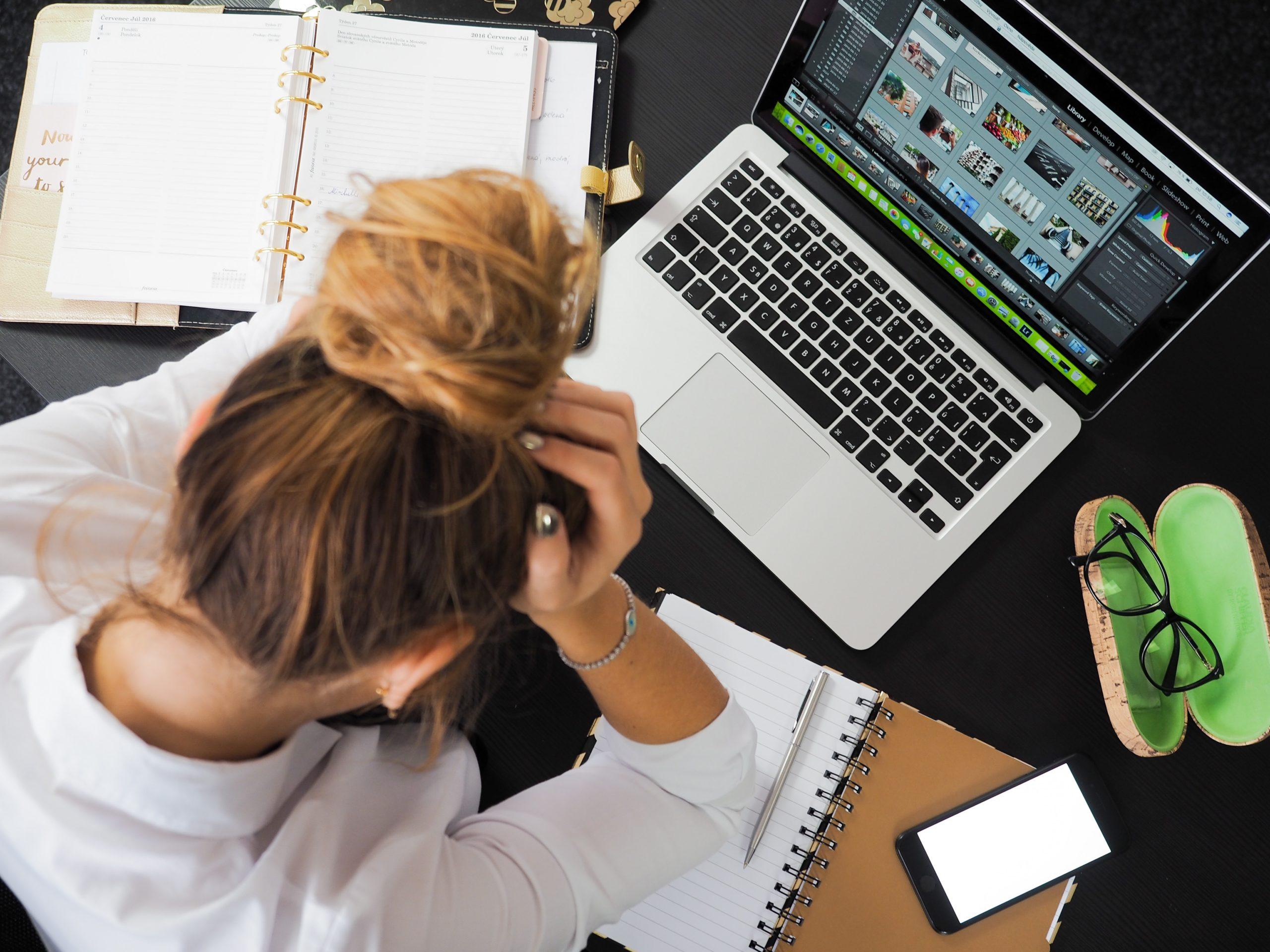 Une étudiante en stress devant son ordinateur