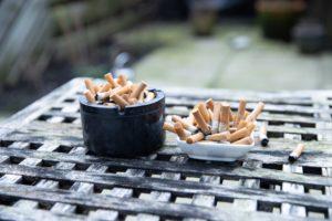 cendriers rempli de cigarettes pour arrêter de fumer