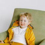 un enfant sur un sofa