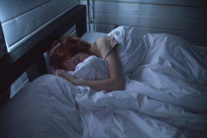 Une femme en plein sommeil